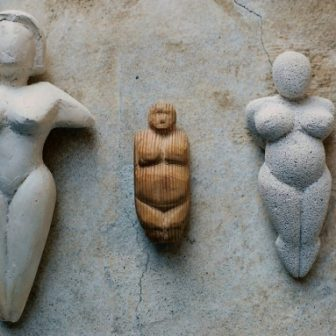 Vénus Platre, Bois et Siporex, sculptures de Vivien Lacueille